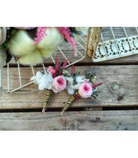 Prendidos con rosa de flores preservadas.